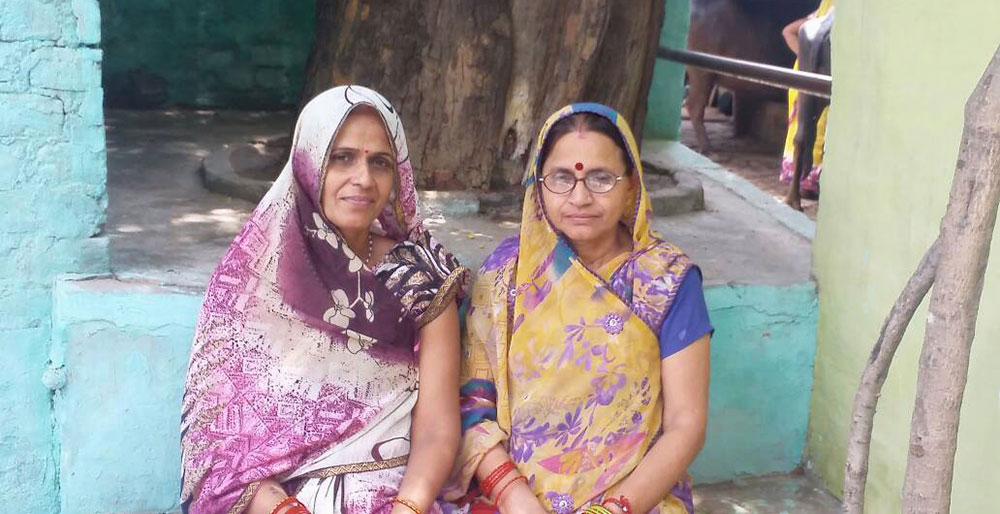 Manjari Lata (right), ASHA sangini from Agra with a pregnant woman. Photo credit: Ishita Mishra