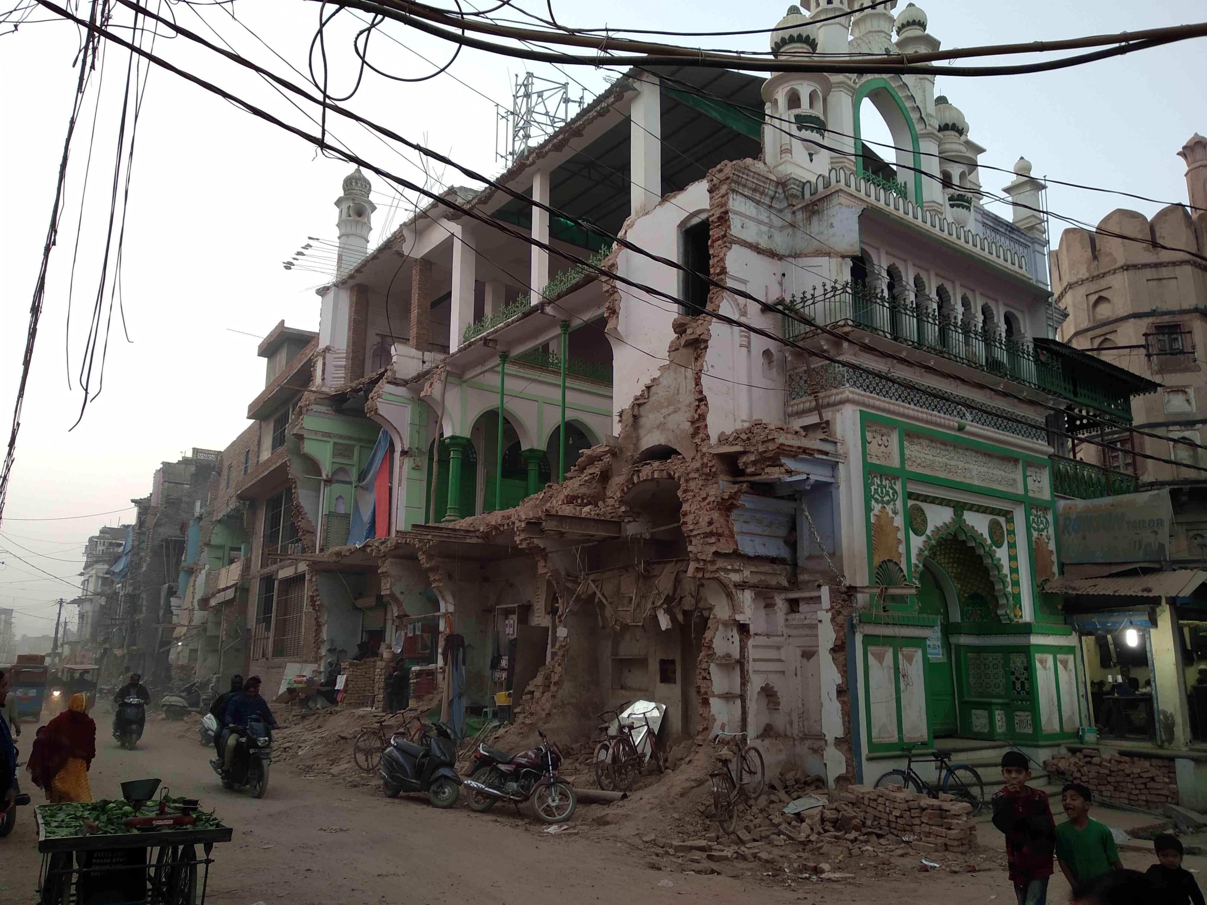 अल्लापुर में एक सड़क किनारे स्थित मस्जिद