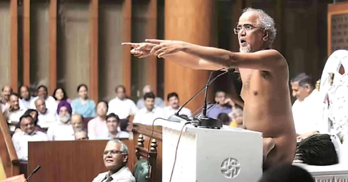 Jain monk Tarun Sagar addressing the Haryana assembly in August 2016.