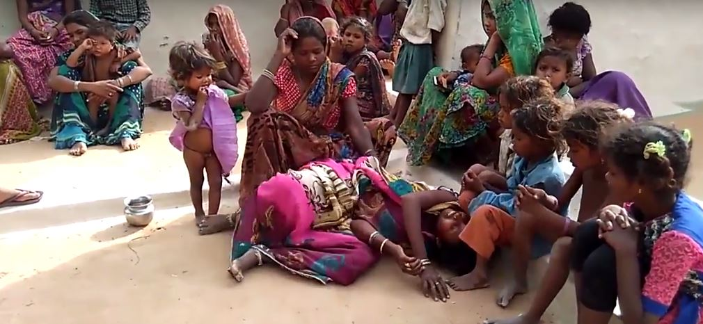 A group of women mourn the death of two-year-old Ruby. Source: Khabar Lahariya