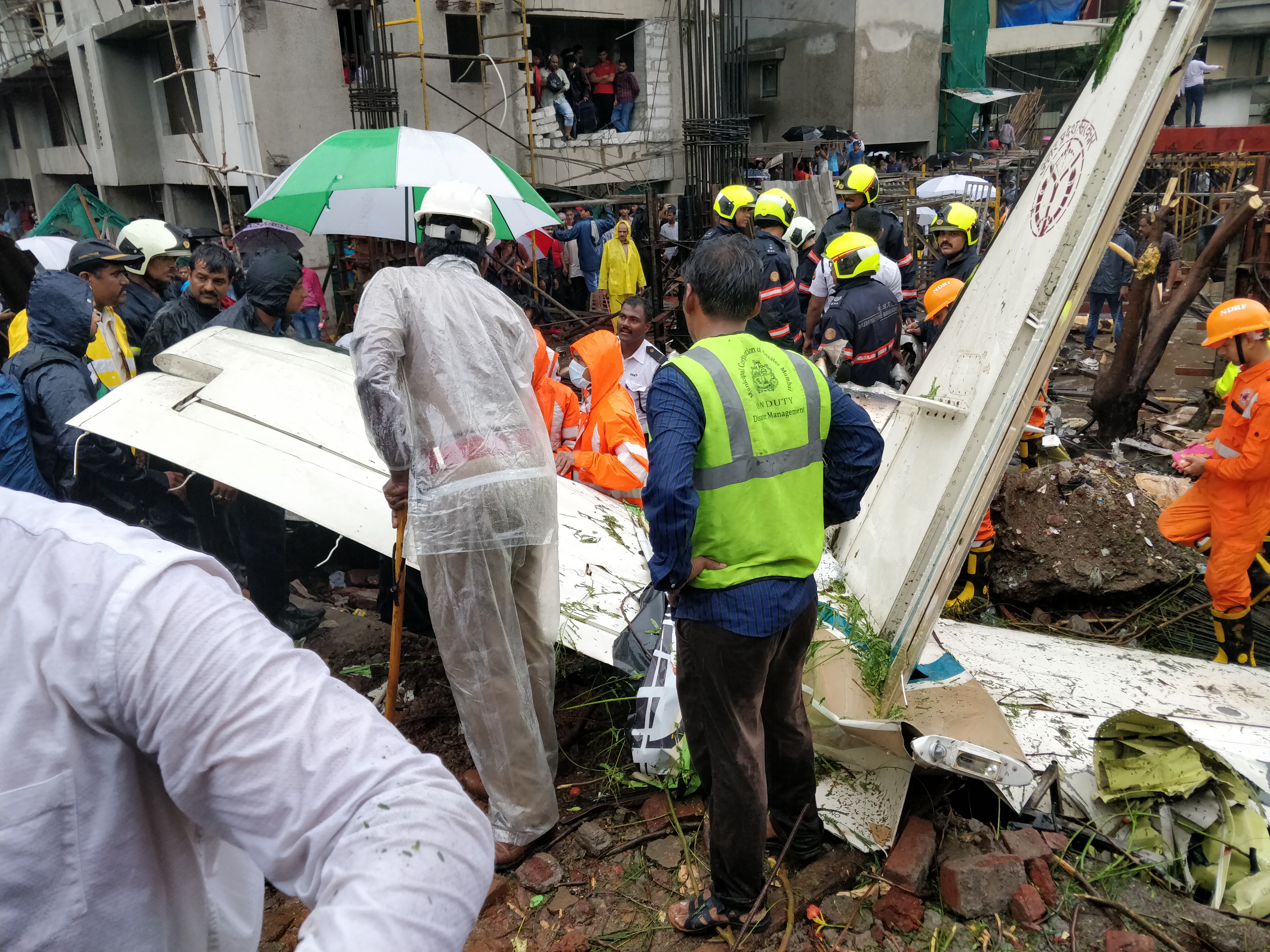 Rescue personnel at the crash site in Mumbai. (Credit: Shone Sateesh/Scroll.in)