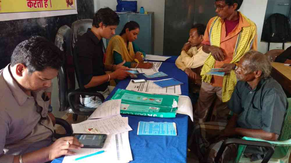 Pilot programme for an NHPS beneficiary identification system in Chhattisgarh. (Photo: National Health Agency/Twitter)