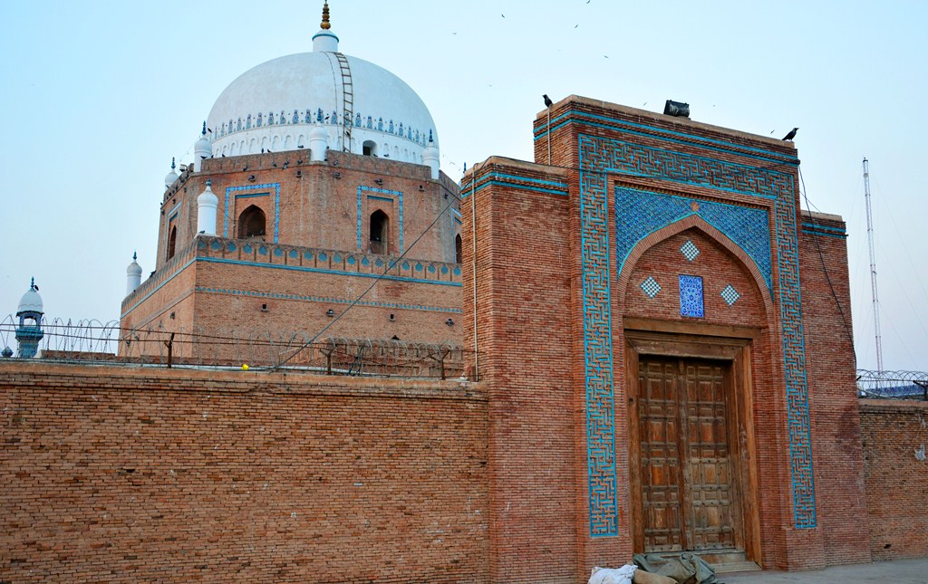 The tomb of Bahauddin Zakariya. Photo credit: Junaidahmadj/Wikimedia Commons [CC BY-SA 3.0]