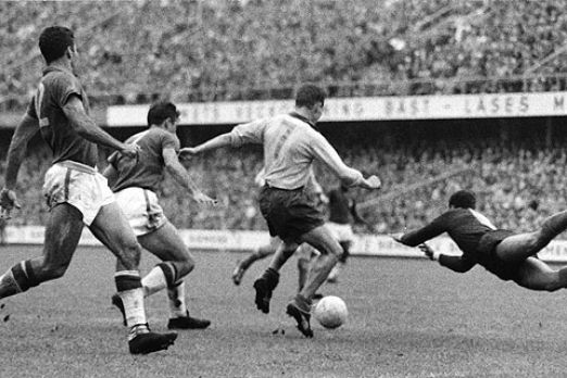 Brazilian goalkeeper Gilmar faces the Swedish forward Hamrin during the 1958 World Cup final. Photo credit: Scanpix/Wikimedia Commons