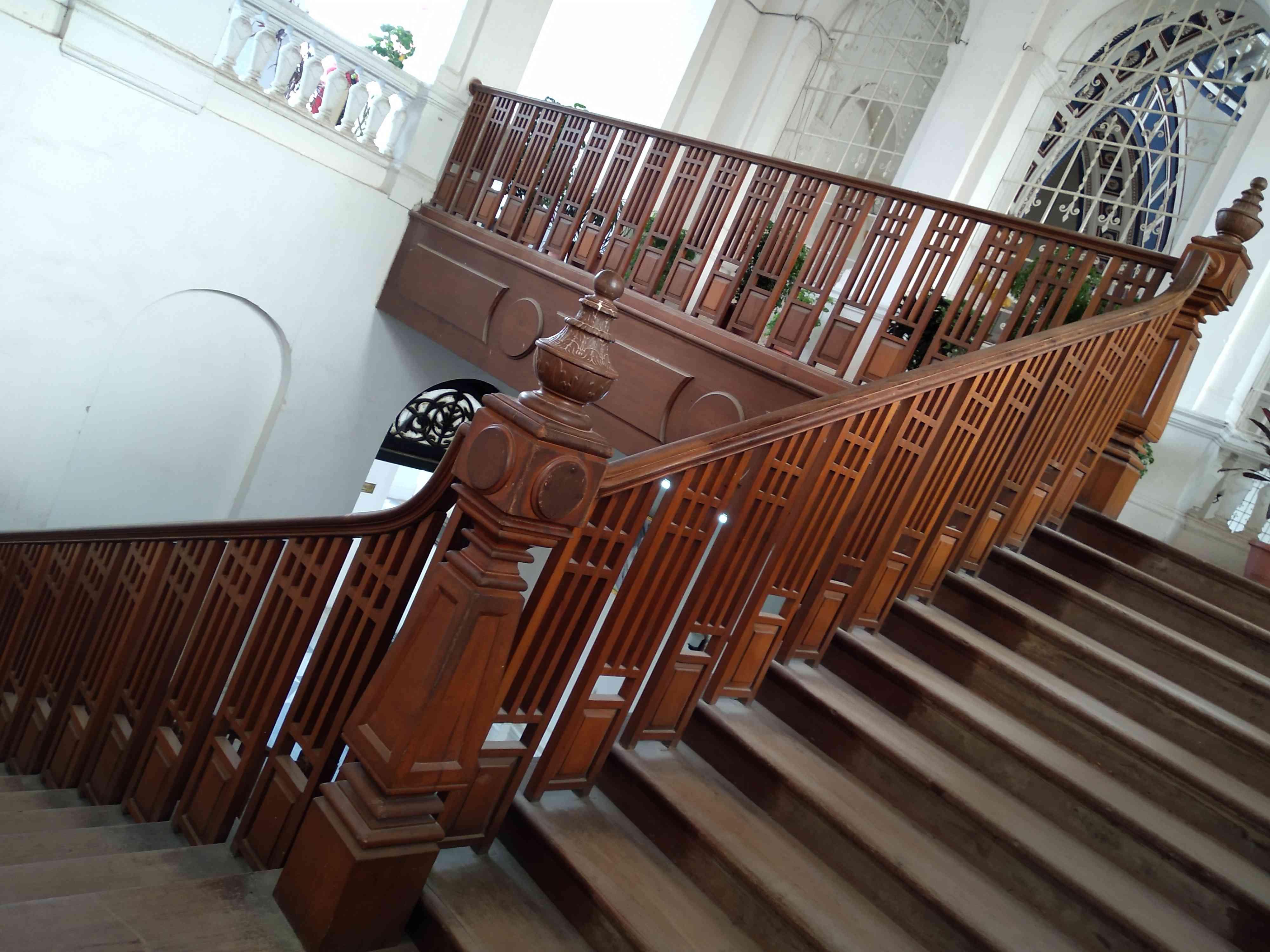 भूतल से पहली मंजिल पर जाने के लिए बनी लकड़ी की सीढ़ियां जो करीब 135 साल पुरानी हैं
