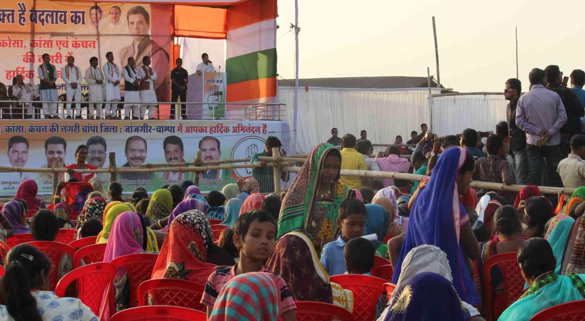 राहुल गांधी के भाषण के बीच सभा स्थल से जाती महिलाएं