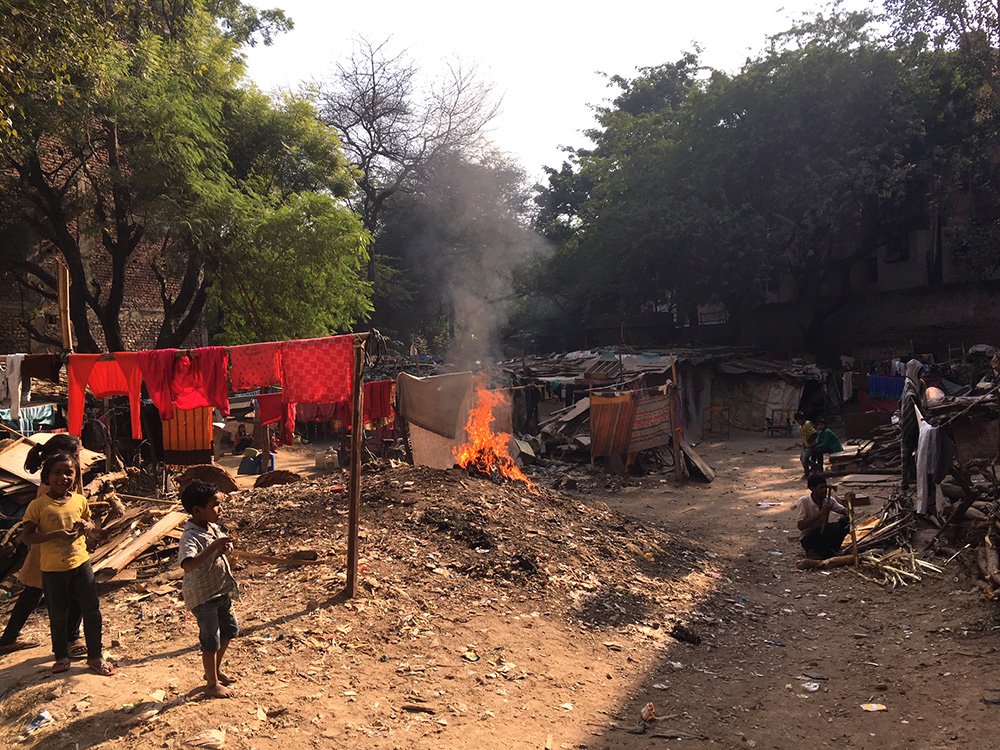 Burning garbage in Andhera Gher slum in Delhi. Photo credit: Menaka Rao.