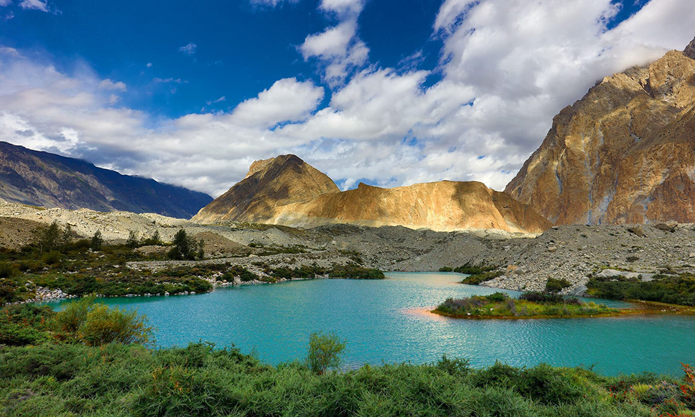 The water of Satpara Lake is a stunning turquoise colour, that left me mesmerised.