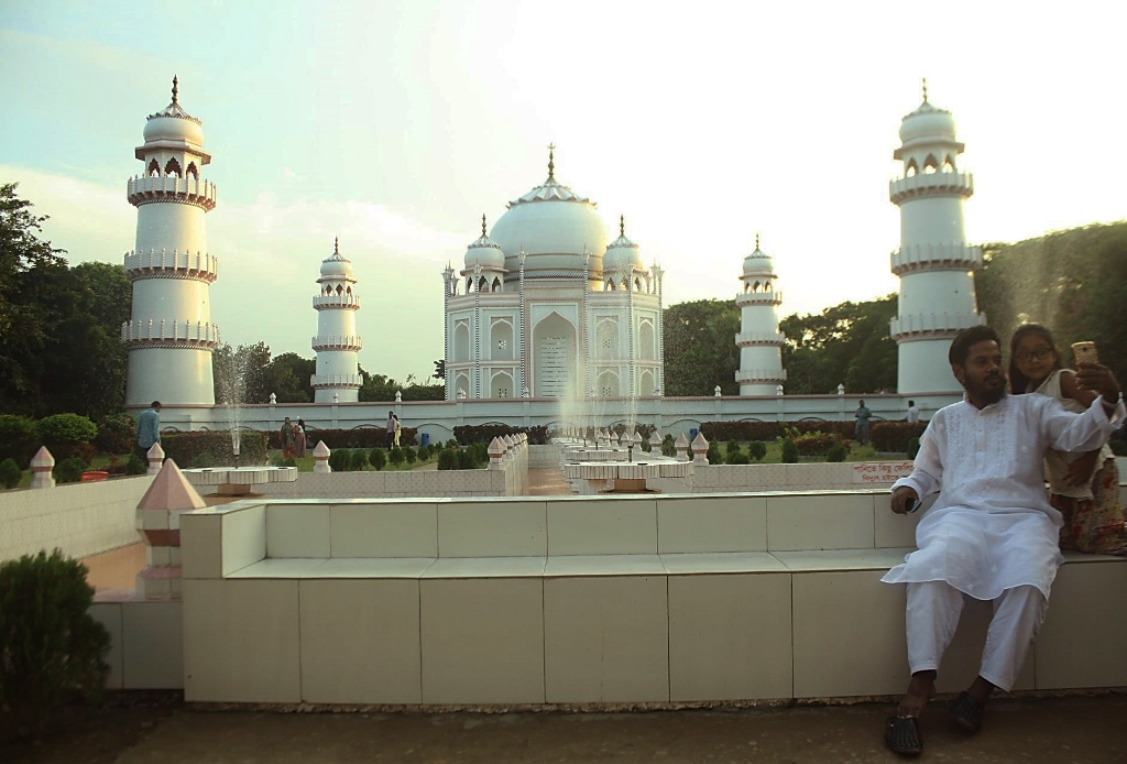 The Taj Mahal replica in Bangladesh. Photo credit: Hugo Ribadeau Dumas