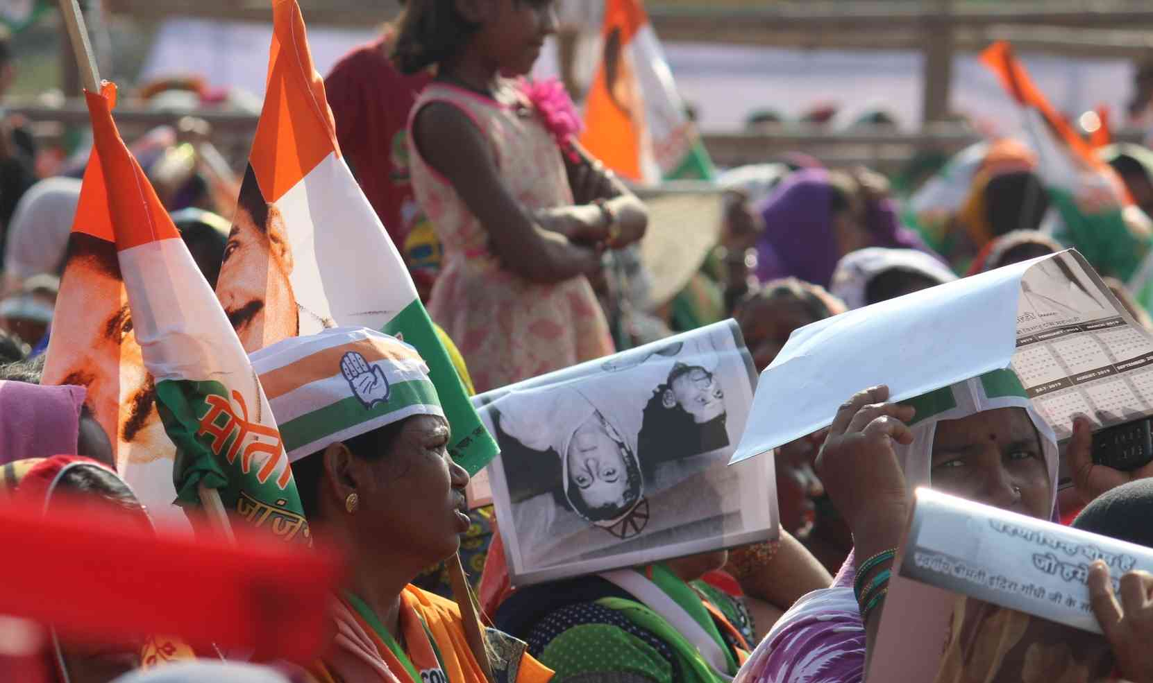 इंदिरा गांधी की फोटो के सहारे कड़ी धूप बचने की कोशिश