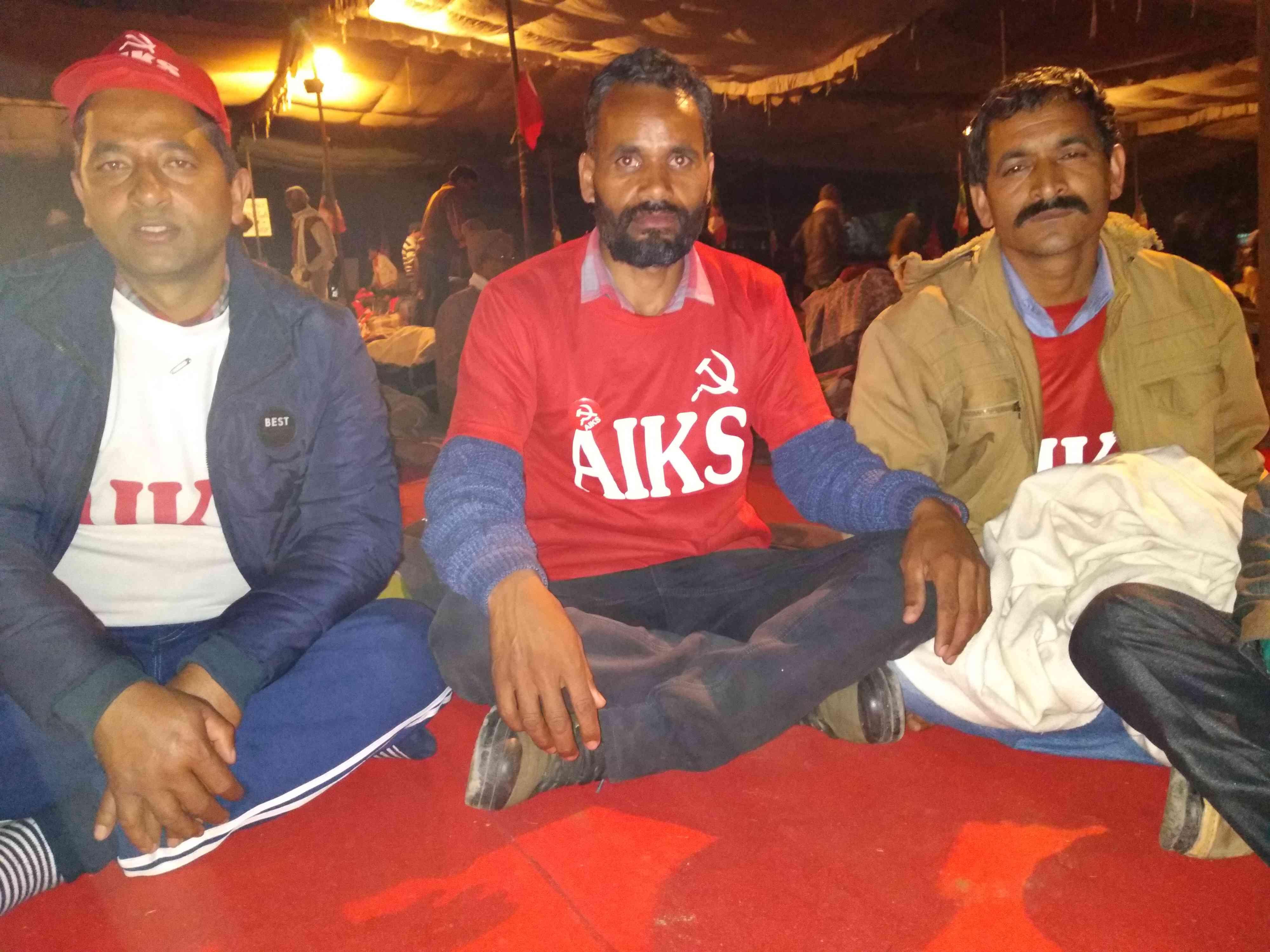 गीताराम ठाकुर (बीच में) के साथ हिमाचल प्रदेश के अन्य किसान