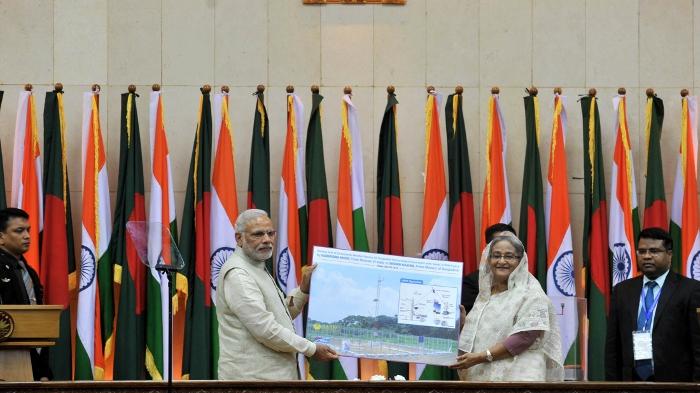 बांग्लादेश की अपनी पहली यात्रा के दौरान वहां की प्रधानमंत्री शेख हसीना के साथ प्रधानमंत्री नरेंद्र मोदी