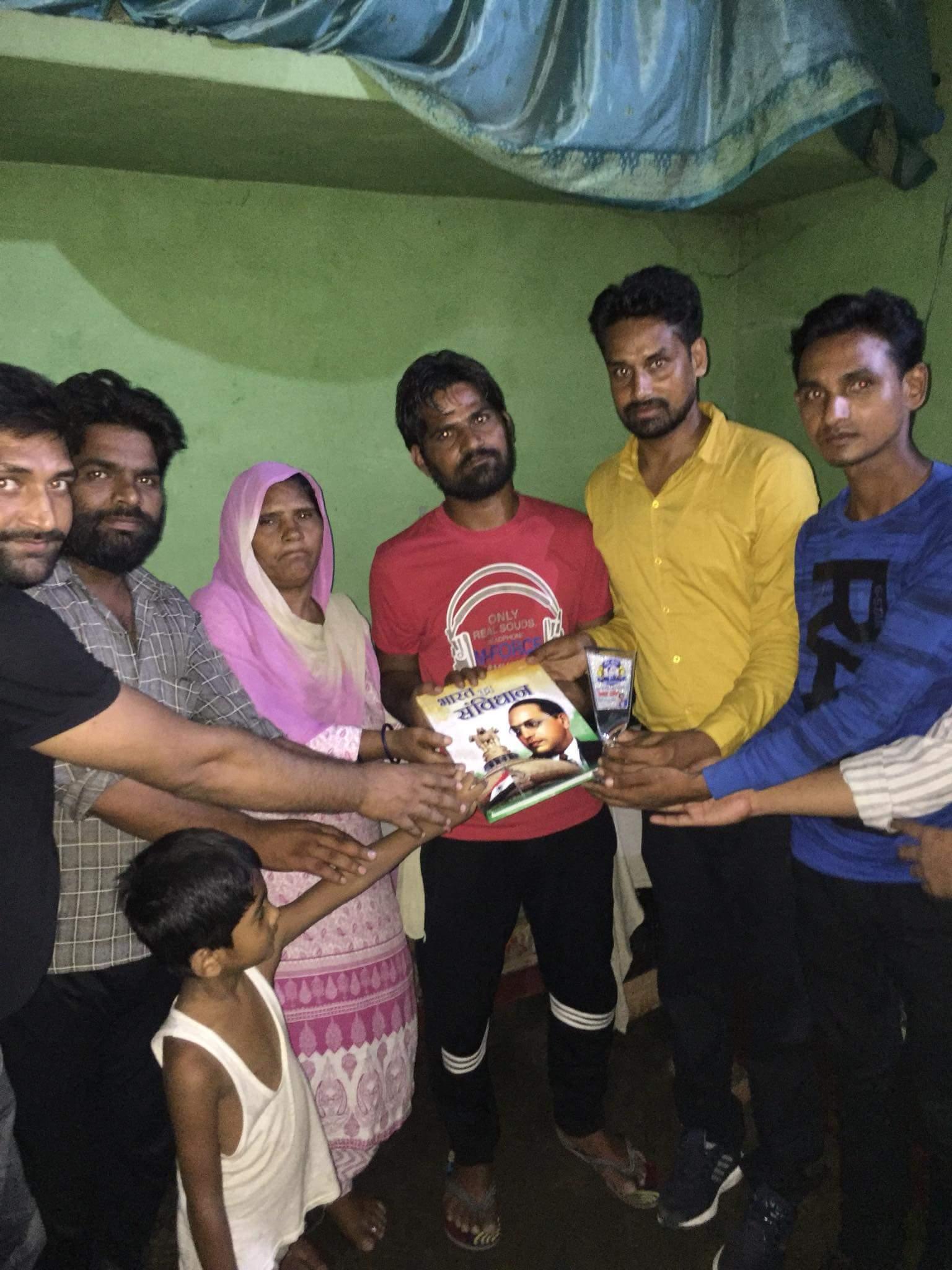 मायावती के गांव बादलपुर में दलित कार्यकर्ताओं को भीम अार्मी ने सम्मानित किया. (फोटोः भीम आर्मी के फेसबुक पेज से)