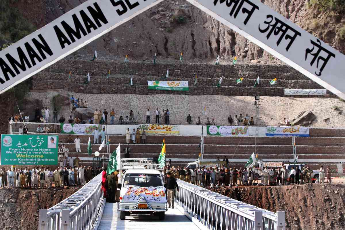 The first truck carrying goods from Pakistan-occupied Kashmir to India crosses the Line of Control at Kaman Bridge in Uri on October 21, 2008. (Photo credit: Tauseef Mustafa/AFP).